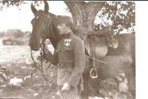 Un capitano di un reggimento di fanteria dell'esercito austro ungarico in posa con il suo cavallo